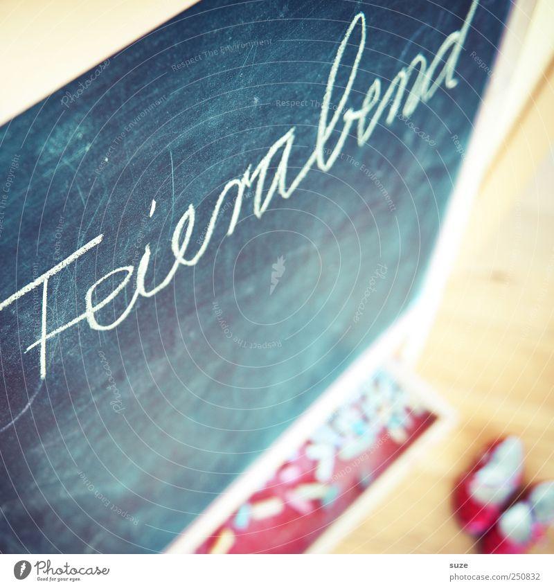 Endlich! Spielen Schule Kindheit Schuhe Freizeit & Hobby Schriftzeichen Häusliches Leben Kindheitserinnerung Buchstaben einfach Tafel Typographie Kreide Kindererziehung Holzfußboden Schulunterricht