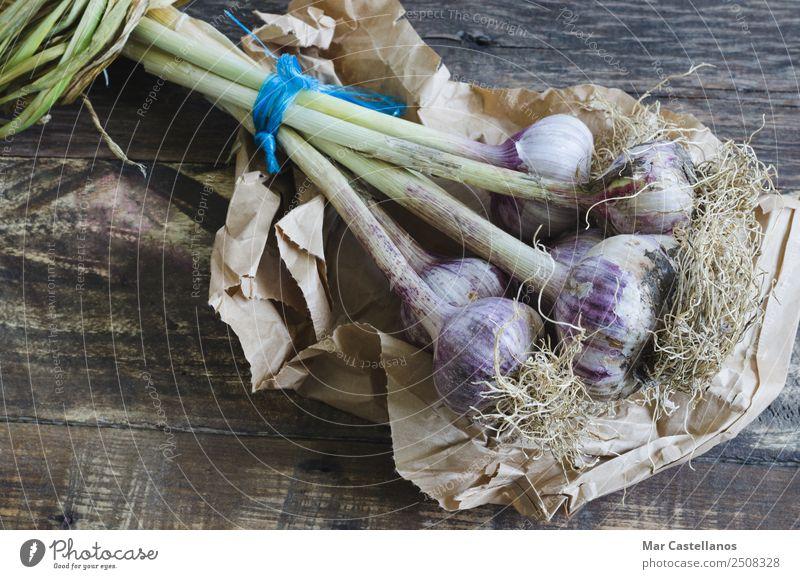 Natürliche Knoblauch auf Holzuntergrund Gemüse Kräuter & Gewürze Ernährung Essen Küche Landwirtschaft Forstwirtschaft Natur Pflanze Sommer Nutzpflanze Papier