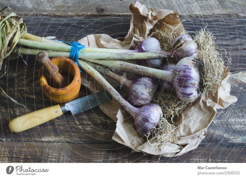 Knoblauchstrauß mit Geschirr auf Holzuntergrund Gemüse Kräuter & Gewürze Ernährung Essen Messer Küche Natur Pflanze Sommer Blatt Nutzpflanze füttern frisch