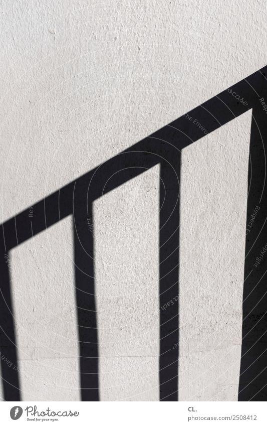 schatten eines treppengeländers Mauer Wand Treppe Treppengeländer eckig einfach grau Wachstum Entwicklung aufwärts Schattenspiel Schattendasein Farbfoto