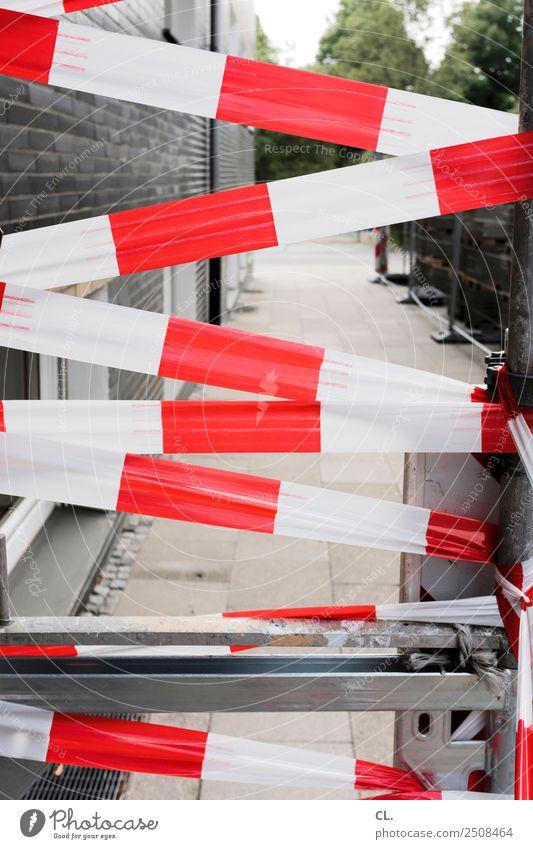 absperrung Baustelle Haus Mauer Wand Verkehr Verkehrswege Straße Wege & Pfade Barriere rot weiß Zukunftsangst gefährlich Ende bedrohlich Schutz Sicherheit