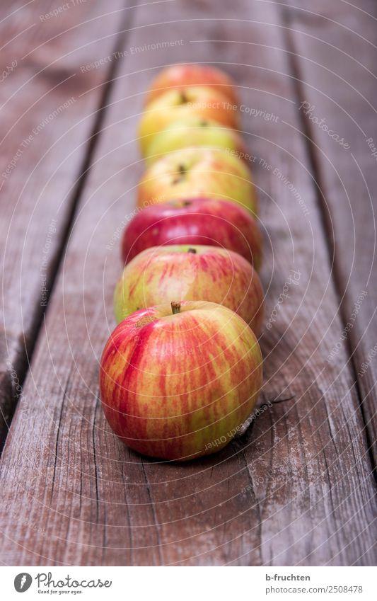 eine Reihe Äpfel Lebensmittel Frucht Bioprodukte Vegetarische Ernährung Gesunde Ernährung Sommer Herbst Holz wählen frisch Gesundheit genießen Apfel Ordnung