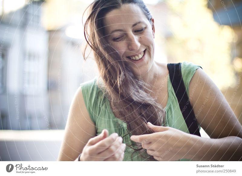 [CHAMANSÜLZ 2011] Sunshine feminin Frau Erwachsene Haare & Frisuren Arme 18-30 Jahre Jugendliche T-Shirt brünett langhaarig Locken Lächeln lachen leuchten