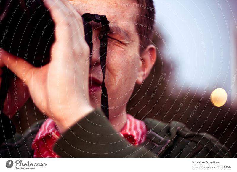 hankman. Freude Freizeit & Hobby maskulin Kopf 1 Mensch Pullover beobachten Fotografieren dunkel fokussieren Konzentration Hand kurzhaarig brünett Light leak
