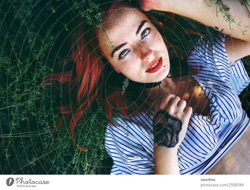Junge rothaarige Frau, die über Pflanzen liegt. Lifestyle Stil schön Haare & Frisuren Haut Gesicht Sommersprossen Wellness harmonisch Wohlgefühl Mensch feminin