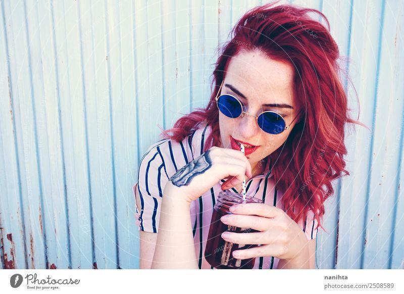 Junge rothaarige Frau, die ein Getränk trinkt. trinken Erfrischungsgetränk Saft Tee Trinkhalm Lifestyle Stil schön Haare & Frisuren Mensch feminin Junge Frau