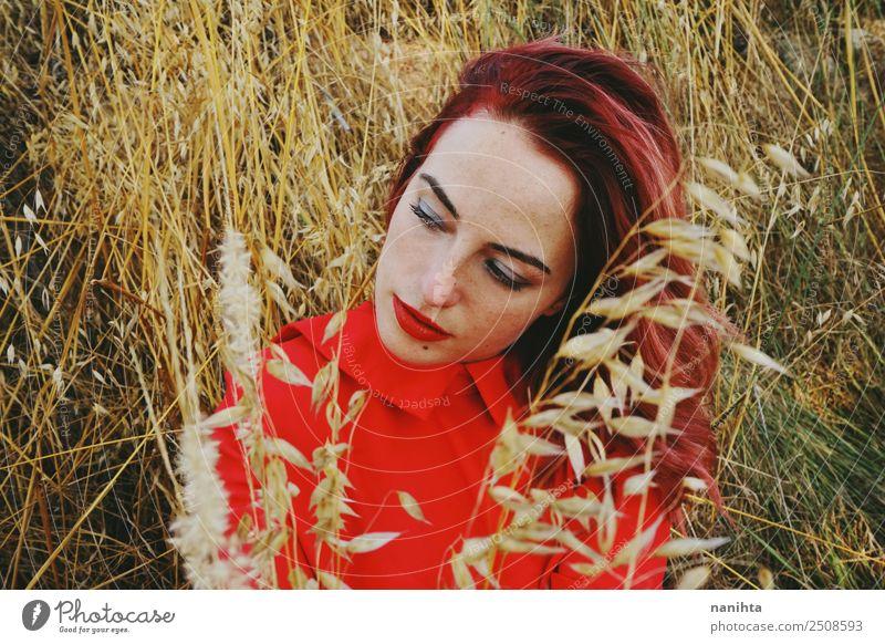 Junge Rothaarige Frau in der Natur im Herbst Lifestyle elegant Stil schön Haare & Frisuren Gesicht Sinnesorgane Erholung Mensch feminin Junge Frau Jugendliche