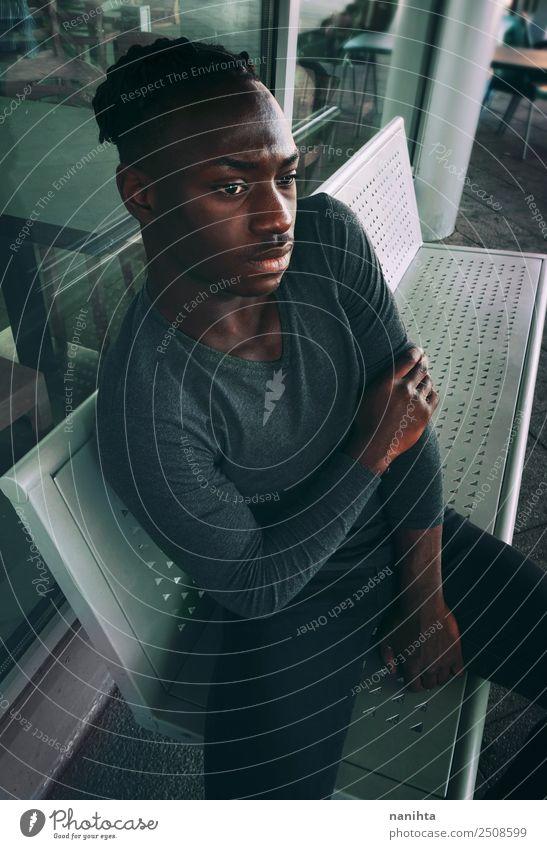 Eleganter junger Mann auf einem Busbahnhof Lifestyle elegant Stil Mensch maskulin Junger Mann Jugendliche Erwachsene 1 13-18 Jahre 18-30 Jahre Bahnhof