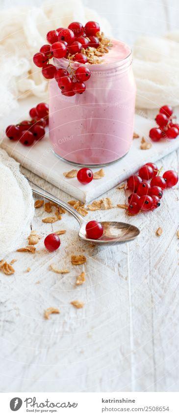 Rote Johannisbeeren und Joghurt Frucht Dessert Ernährung Frühstück Vegetarische Ernährung Diät Löffel Sommer frisch weiß Hintergrund Beeren Entzug Lebensmittel