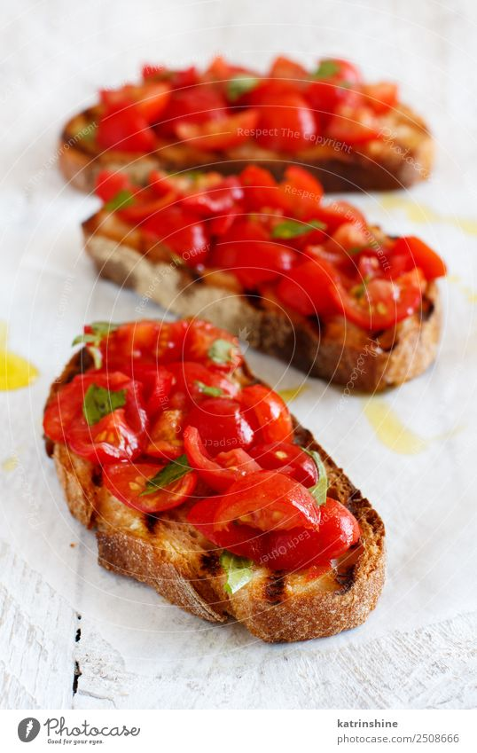 Hausgemachte italienische Bruschetta Gemüse Brot Ernährung Vegetarische Ernährung Diät Holz frisch lecker Tradition Antipasti Amuse-Gueule Baguette Basilikum