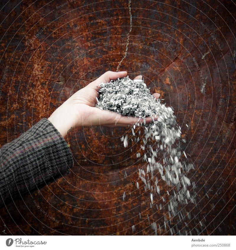 Vom Winde verweht... Arme Hand 1 Mensch alt kariert Rost Wand verwittert Metallwaren verteilen Gedeckte Farben Außenaufnahme Bewegungsunschärfe