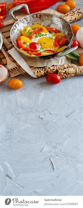 rot gelb Textfreiraum hell frisch Tisch kochen & garen Gemüse Frühstück Mahlzeit Tomate rustikal ungesund Pfanne geschmackvoll Spiegelei