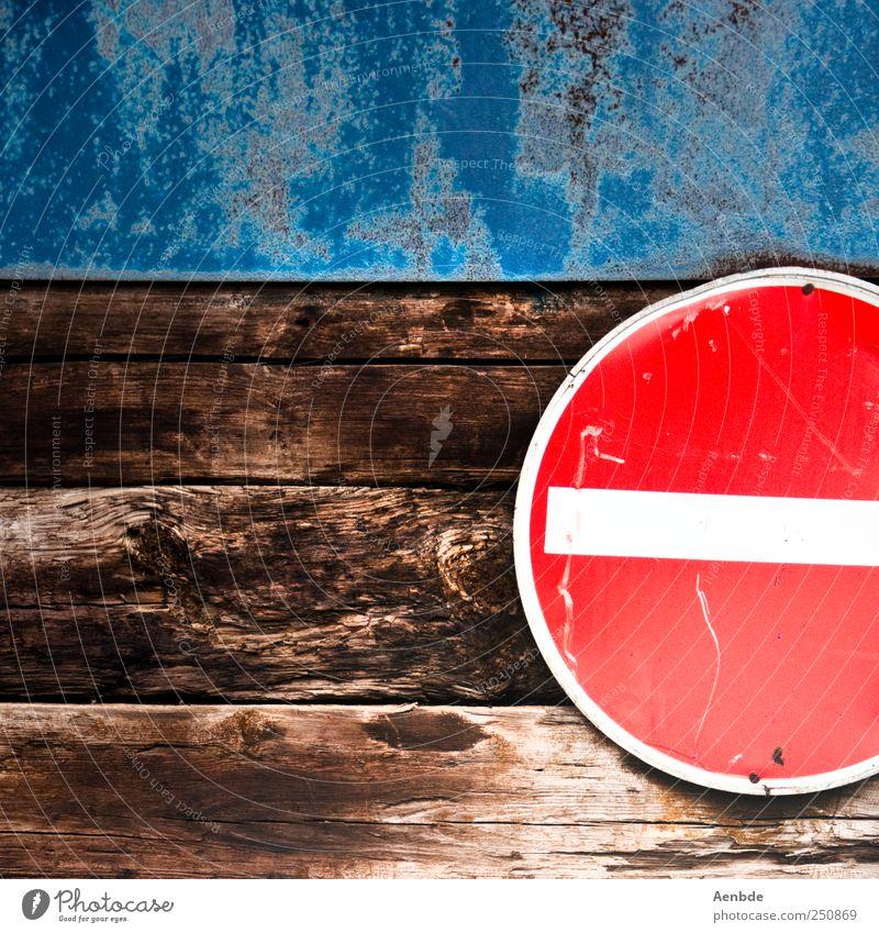 Kein Durchkommen blau rot Wand Holz braun einfach Durchgang Verkehrsschild Verkehrszeichen Dachgebälk Einbahnstraße
