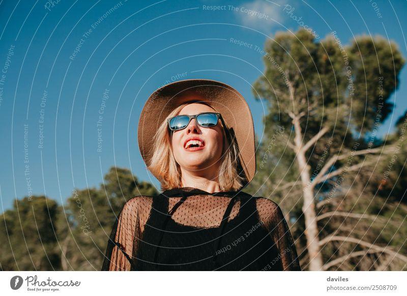 Mensch Natur Ferien & Urlaub & Reisen Jugendliche Junge Frau blau grün Landschaft Erholung Freude Wald 18-30 Jahre schwarz Gesicht Erwachsene Lifestyle