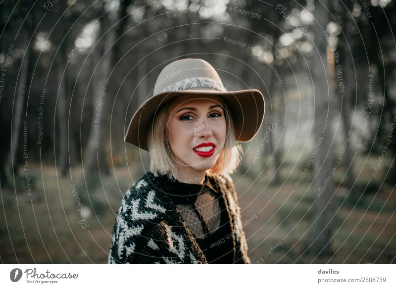 Mensch Natur Ferien & Urlaub & Reisen Jugendliche Junge Frau schön Landschaft Wald Berge u. Gebirge 18-30 Jahre Gesicht Erwachsene Lifestyle Wege & Pfade
