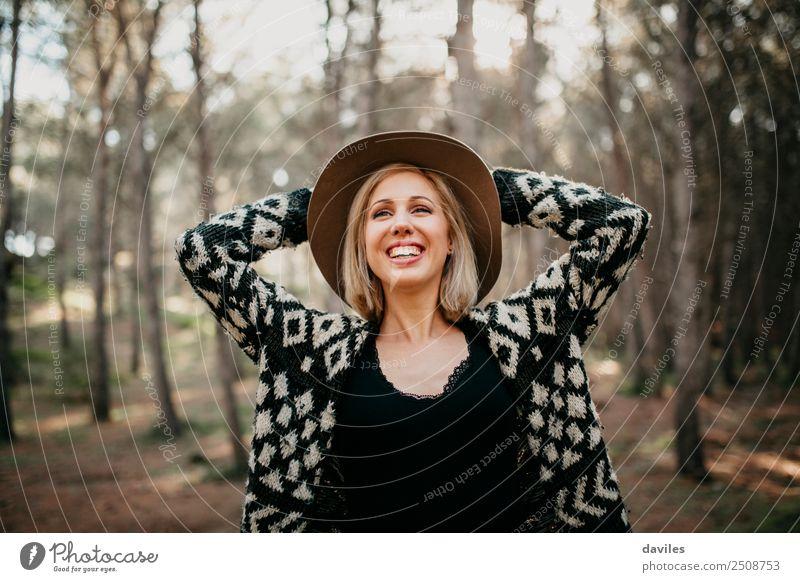 Glückliche lächelnde Frau mit Hut im Wald Lifestyle Freude schön Leben Freizeit & Hobby Ferien & Urlaub & Reisen Abenteuer Freiheit Mensch feminin Junge Frau