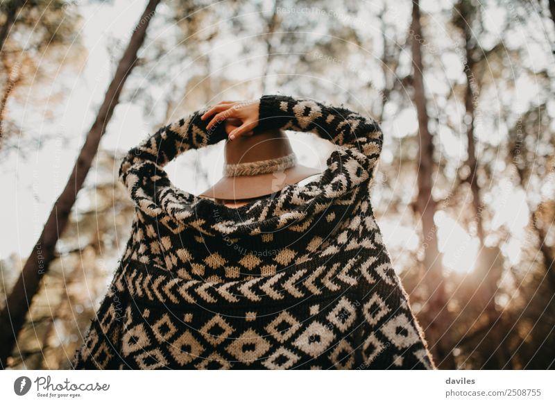 Frau im Rücken mit den Händen im Kopf, die die Natur genießt. Lifestyle Freude Wellness Freizeit & Hobby Ferien & Urlaub & Reisen Abenteuer Freiheit Mensch