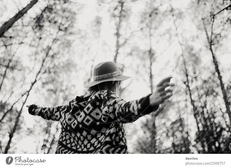 Frau öffnet die Arme, während sie in einem Baumwald die Natur genießt. Lifestyle Freude Wellness Leben stimmig Ferien & Urlaub & Reisen Freiheit Tanzen Mensch