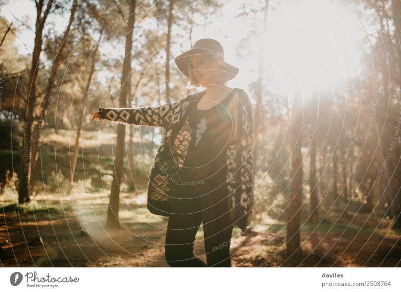 Mensch Natur Ferien & Urlaub & Reisen Jugendliche Junge Frau Pflanze Landschaft Baum Freude Wald Berge u. Gebirge 18-30 Jahre Erwachsene Lifestyle Umwelt Herbst