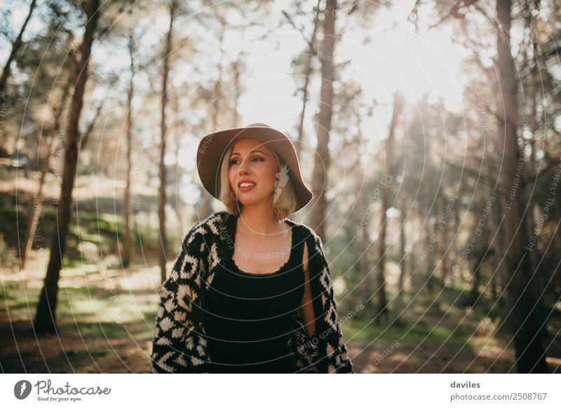 Junge Frau beim Spaziergang im Wald Lifestyle Freude Freizeit & Hobby Ferien & Urlaub & Reisen Abenteuer Mensch feminin Jugendliche Erwachsene 1 18-30 Jahre