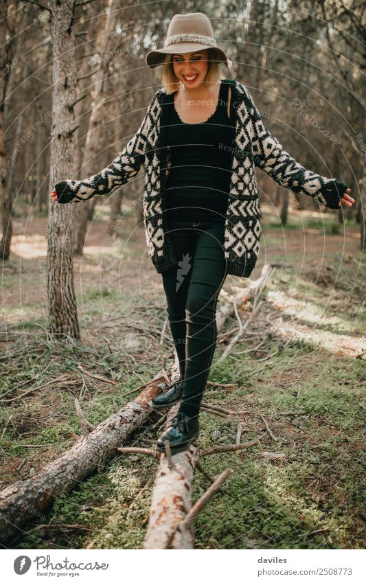 Frau mit Hut, die im umgefallenen Baumstamm spazieren geht. Lifestyle Freude Freizeit & Hobby Spielen Ferien & Urlaub & Reisen Ausflug Abenteuer Freiheit