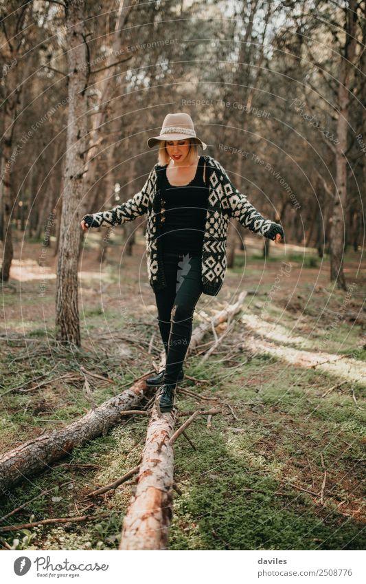Frau, die auf einem umgestürzten Baumstamm läuft. Lifestyle Freizeit & Hobby Ferien & Urlaub & Reisen Ausflug Abenteuer Freiheit Berge u. Gebirge wandern Mensch