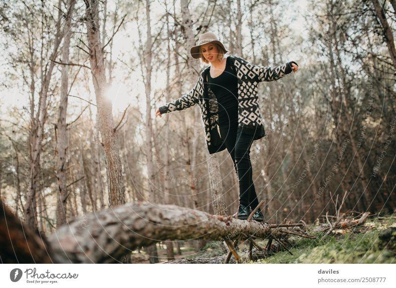 Frau, die auf einem umgestürzten Baumstamm läuft. Lifestyle Freude Freizeit & Hobby Ferien & Urlaub & Reisen Ausflug Abenteuer Freiheit Berge u. Gebirge wandern