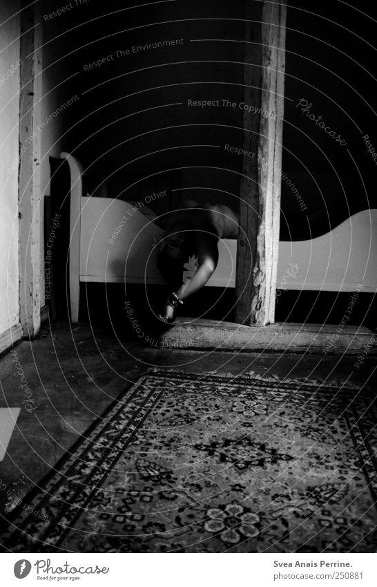 gezeichnet aus licht und schatten. Arme 1 Mensch Schlafzimmer Bett Teppich Bettgestell Holzfußboden Balken liegen Trauer Tod Schwarzweißfoto Innenaufnahme