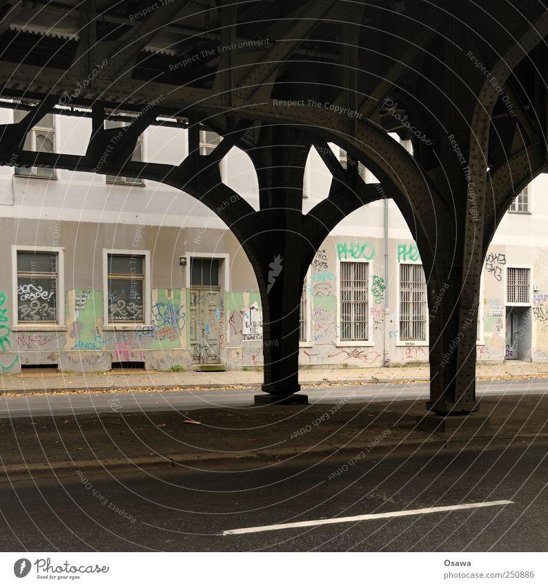 Kreuzberg Stadt Hauptstadt Menschenleer Haus Bahnhof Brücke Bauwerk Gebäude Architektur Mauer Wand Fassade Fenster Tür Personenverkehr
