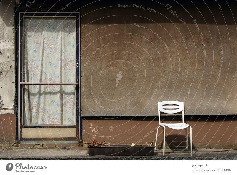 Vor der Tür alt Haus Architektur Wege & Pfade Stein Gebäude braun Zeit Fassade leer authentisch außergewöhnlich trist Wandel & Veränderung Häusliches Leben