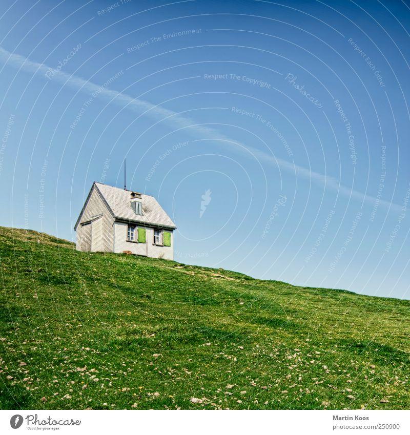 Am Ende eines Weges Natur Landschaft Schönes Wetter Wiese Hügel Berge u. Gebirge Haus Hütte blau grün Farbfoto mehrfarbig Außenaufnahme Menschenleer Tag