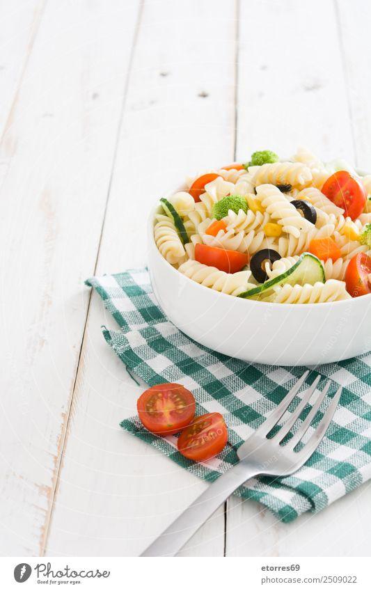 Nudelsalat auf weißem Holztisch Lebensmittel Gesunde Ernährung Foodfotografie Speise Gemüse Salat Salatbeilage Teigwaren Backwaren Vegetarische Ernährung