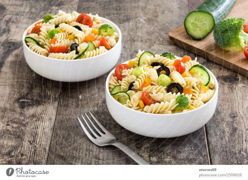 Nudelsalat mit Gemüse in Schüssel Lebensmittel Salat Salatbeilage Teigwaren Backwaren Ernährung Abendessen Bioprodukte Vegetarische Ernährung Diät Holz