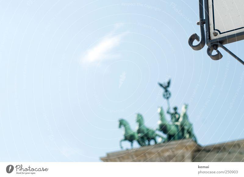 Das Viergespann Himmel blau grün Berlin Schilder & Markierungen Ecke Bauwerk Denkmal Schönes Wetter Statue Wahrzeichen Stadtzentrum Hauptstadt Sehenswürdigkeit Wagen hell-blau