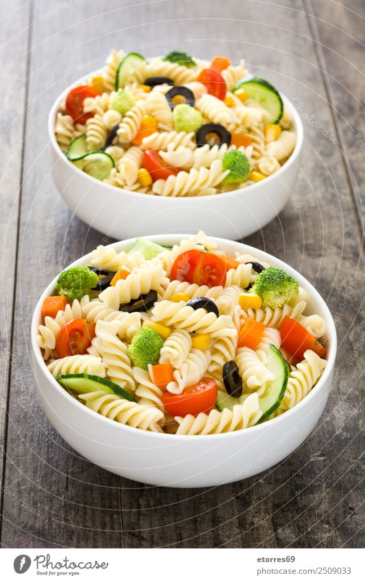 Nudelsalat auf Holztisch. Lebensmittel Gesunde Ernährung Foodfotografie Speise Gemüse Salat Salatbeilage Teigwaren Backwaren Vegetarische Ernährung