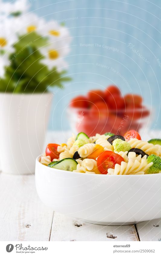 Nudelsalat auf weißem Holztisch Lebensmittel Gesunde Ernährung Foodfotografie Speise Gemüse Salat Kopfsalat Salatbeilage Teigwaren Backwaren