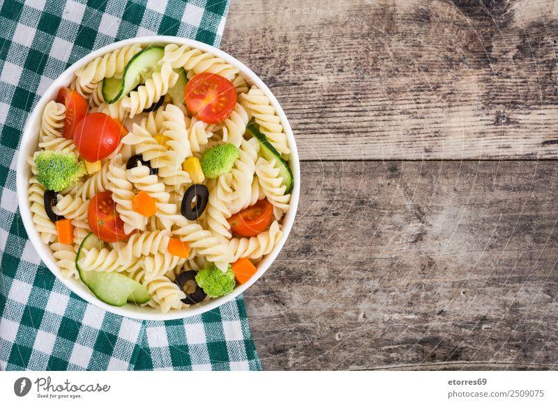 Nudelsalat mit Gemüse in Schüssel auf Holz Lebensmittel Salat Salatbeilage Teigwaren Backwaren Ernährung Mittagessen Bioprodukte Vegetarische Ernährung Diät