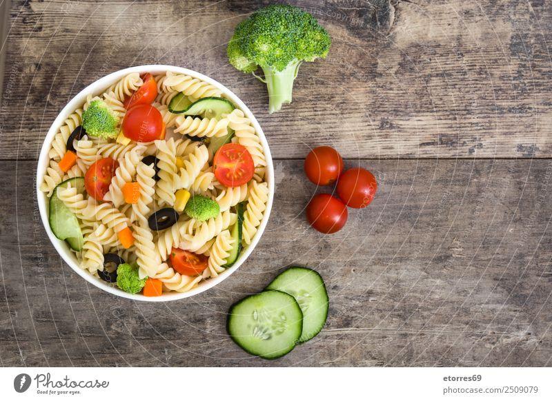 Sommer grün rot Gesundheit Lebensmittel Textfreiraum Ernährung frisch Gemüse Schalen & Schüsseln Backwaren Vegetarische Ernährung Holztisch Mittagessen Tomate