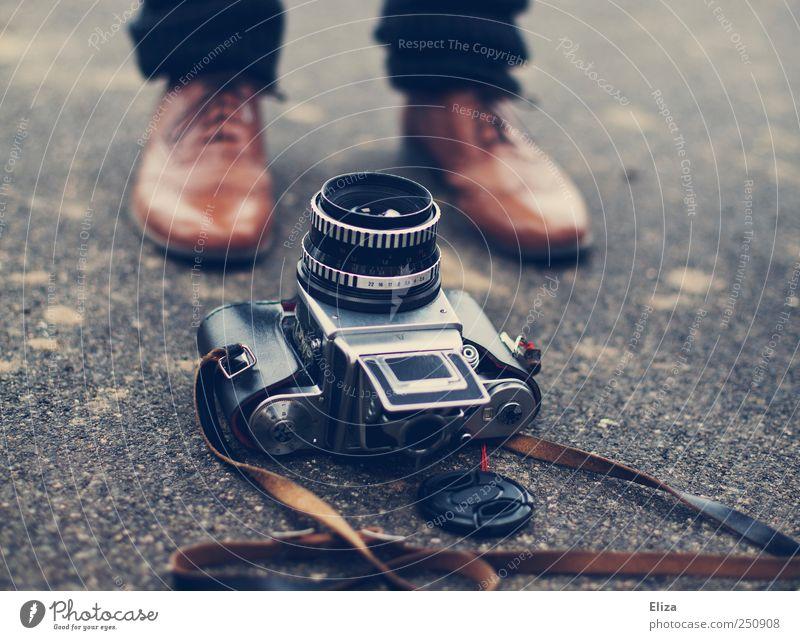 Fokus Mensch alt Schuhe liegen ästhetisch Bodenbelag Fotokamera Leder altehrwürdig