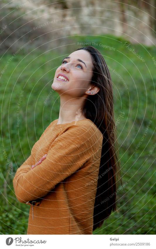 glückliches Teenagermädchen Glück schön Sonne Mensch Frau Erwachsene Jugendliche Natur Wind Gras Park Wiese Mode genießen frei niedlich gold grün jung Mädchen