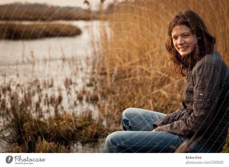 Münsterland Mensch Junge Frau Jugendliche Erwachsene 1 Umwelt Natur Landschaft Wasser Sträucher Wildpflanze See Jacke Stoff brünett langhaarig Locken genießen