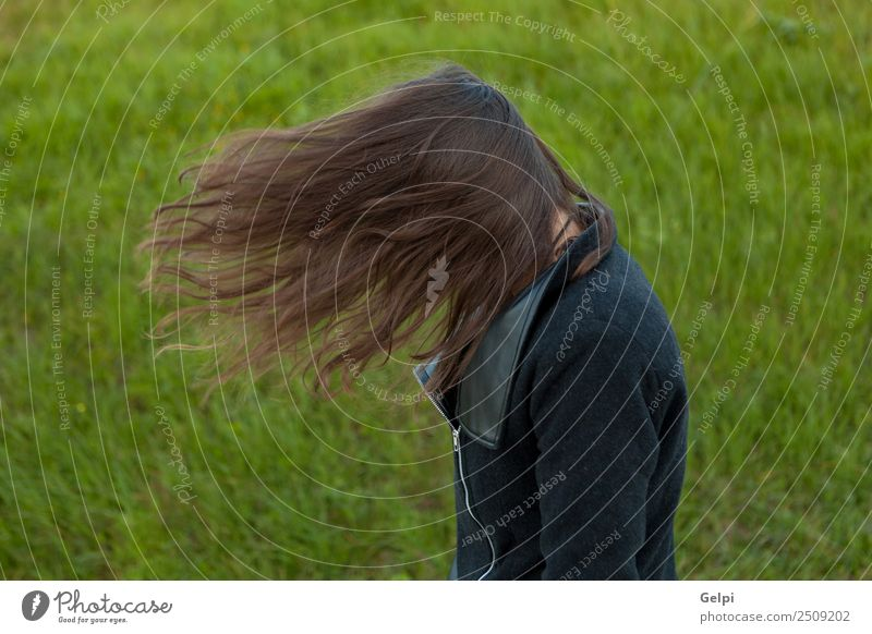 Schöne brünette Frau Glück schön Gesicht Sonne Mensch Erwachsene Jugendliche Natur Wind Gras Park Wiese Mode genießen frei niedlich gold grün jung Mädchen