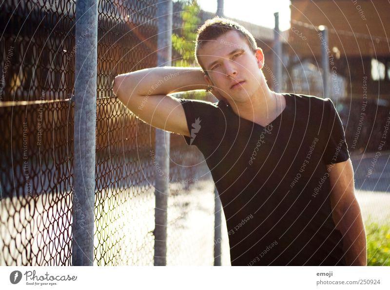 Gegenspieler Junger Mann Jugendliche 1 Mensch 18-30 Jahre Erwachsene Coolness schön einzigartig selbstbewußt Zaun Drahtzaun Industrie Industriegelände anlehnen