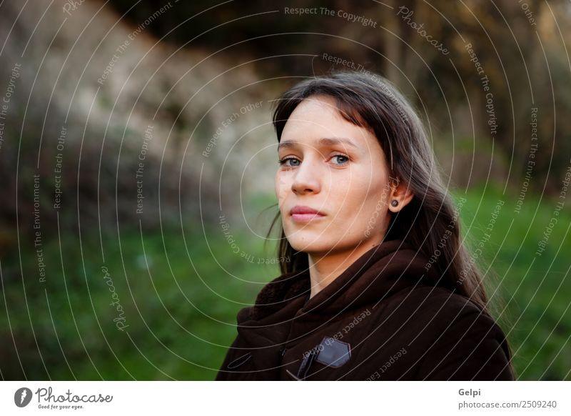 Schöne brünette Frau Lifestyle Glück schön Gesicht Erholung Freizeit & Hobby Mensch Erwachsene Natur Gras Park Mode Denken frisch natürlich niedlich grün