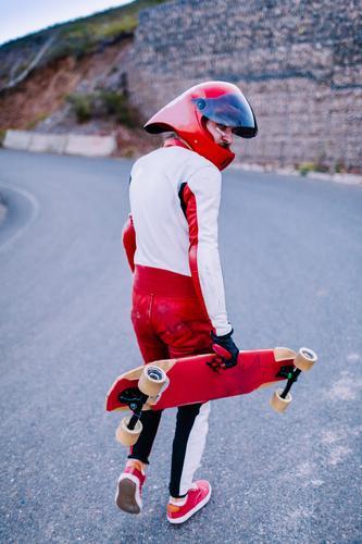 Flitzer Junger Mann Jugendliche Erwachsene 1 Mensch 18-30 Jahre Aggression Stimmung Tapferkeit Kraft Mut Schutz Vorsicht Schmerz Angst Todesangst Longboard
