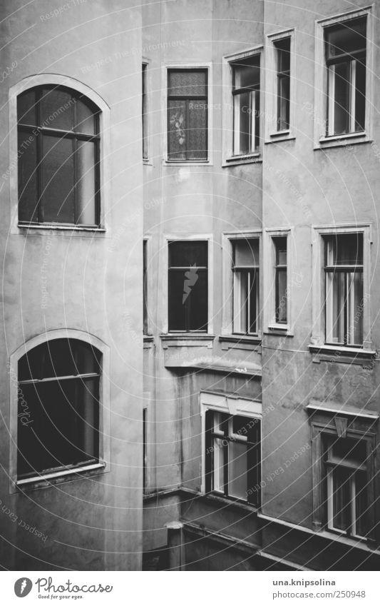 hinterhaus Stadt Einsamkeit Haus dunkel Wand Fenster Gefühle Mauer Gebäude Stimmung Fassade einfach Bauwerk Österreich Hinterhof eckig