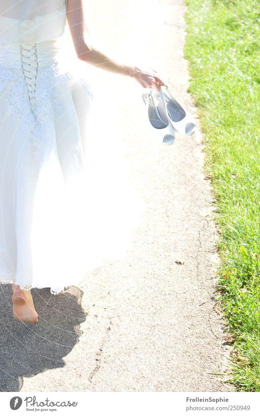 barfuß heiraten Frau Mensch Hand Jugendliche feminin Gefühle Erwachsene Fuß Schuhe laufen Beginn Hochzeit Kleid festhalten 18-30 Jahre