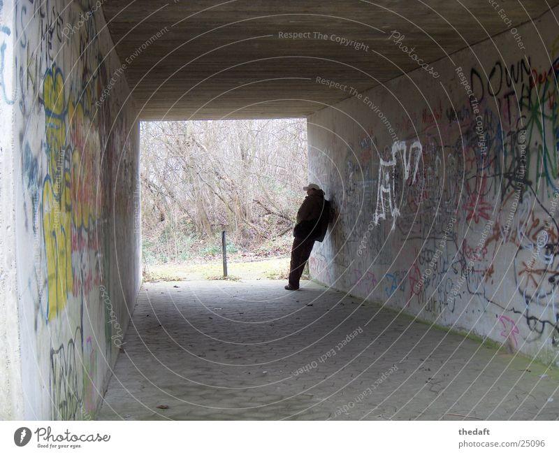 Wartend Einsamkeit Licht Mann Tunnel Fußgängerunterführung Unterführung Mensch Schatten grafitti