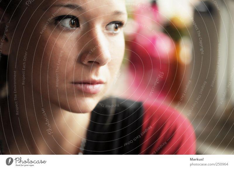 Die ruhige Sekunde... feminin Junge Frau Jugendliche Freundschaft Gesicht 1 Mensch 18-30 Jahre Erwachsene träumen Farbfoto Innenaufnahme Textfreiraum rechts Tag