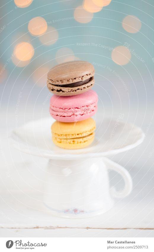 Drei bunte Makronen auf einem Teller. Lebensmittel Teigwaren Backwaren Süßwaren Frühstück Kaffeetrinken Geschirr Glas elegant Dekoration & Verzierung Lampe
